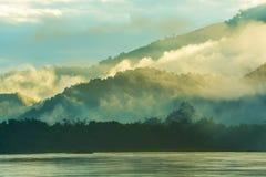 La mañana se empaña en las montañas Fotos de archivo libres de regalías