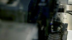 La macchina automatizzata del circuito produce il bordo elettronico digitale stampato Produzione robot del circuito stampato archivi video