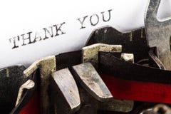 La macchina da scrivere con testo vi ringrazia Immagini Stock