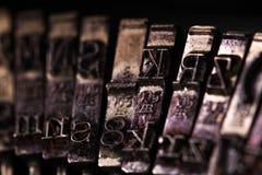 La macchina da scrivere d'annata un certo stile di macro della lettera o del carattere fotografia stock libera da diritti