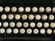 La macchina da scrivere d'annata vecchia segna i cerchi con lettere dell'alfabeto della tastiera Fotografie Stock Libere da Diritti