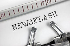 La macchina da scrivere ha dettagliato il breve comunicato di battitura a macchina del testo del macro primo piano, stampa d'anna Fotografie Stock