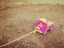 La macchina dei bambini con una corda nella sabbiera immagini stock libere da diritti