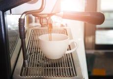 La macchina del caffè del caffè espresso con il filtro produce il caffè che sfocia nella corrente alternata Fotografia Stock Libera da Diritti