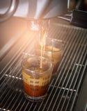 La macchina del caffè del caffè espresso con il filtro produce il caffè che sfocia nella corrente alternata Immagini Stock Libere da Diritti