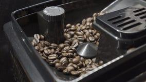 La macchina del caffè frantuma gli interi grani di caffè video d archivio