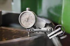 La macchina del gruppo di lavoro del metallo, strumento del comparatore misura l'inclinazione dell'ingranaggio della ruota dentata Fotografia Stock