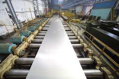 La macchina del laminatoio da un blocco di alluminio fa uno strato Fotografia Stock Libera da Diritti