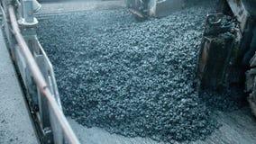 La macchina del lastricatore dell'asfalto durante la costruzione di strade, squadra della costruzione di strade applica lo strato archivi video