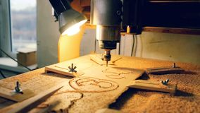 La macchina del taglio di legno con il trapano sta tagliando le muffe di legno video d archivio