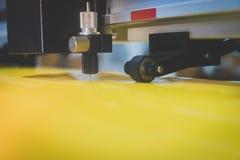 La macchina dell'autoadesivo sta funzionando Riduca l'autoadesivo giallo Fotografia Stock Libera da Diritti