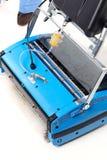 La macchina dell'impianto di lavaggio è blu su una priorità bassa bianca Fotografia Stock