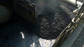 La macchina della costruzione sta ponendo l'asfalto video d archivio