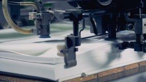 La macchina della fabbrica i fogli a parte, fine su Impianto di produzione di carta video d archivio