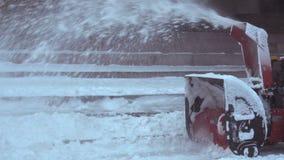 La macchina della neve pulisce la pista nel parco video d archivio