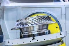 La macchina di alta precisione di CNC elabora la ruota di turbina d'acciaio Fotografia Stock