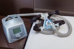 La macchina di CPAP con la macchinetta a mandata d'aria e la testa innestano la maschera Immagini Stock