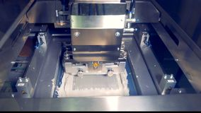La macchina di industriale aggiunge la pasta termica su una componente di computer archivi video