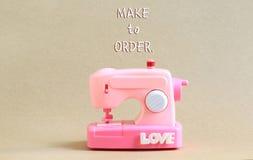 La macchina di modello di Pink Sewing con la fonte fa per ordinare Fotografie Stock