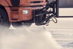 La macchina di pulizia lava la via della città Immagine Stock Libera da Diritti