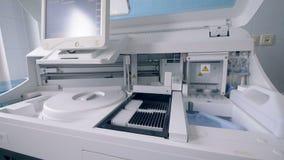 La macchina elettronica sta analizzando i campioni di prova stock footage
