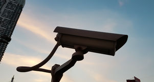 La macchina fotografica a circuito chiuso sotto il cielo Immagini Stock