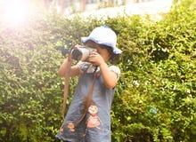 La macchina fotografica del bambino prende a fotografia della foto il giovane bambino del fotografo che prende le foto con la mac Fotografia Stock Libera da Diritti
