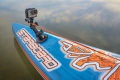La macchina fotografica dell'eroe di GoPro sopra sta sul paddleboard Immagini Stock