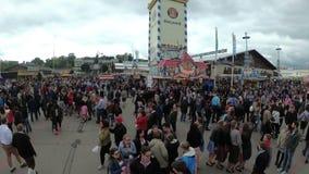 La macchina fotografica si muove da sopra la folla della gente sulla via centrale del festival di Oktoberfest La Baviera, Germani archivi video