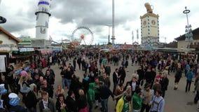 La macchina fotografica si muove da sopra la folla della gente sulla via centrale del festival di Oktoberfest La Baviera, Germani video d archivio