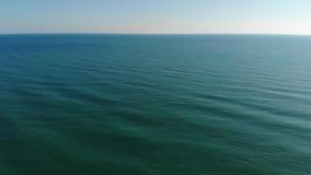 La macchina fotografica sorvola le onde di oceano della sfuocatura all'orizzonte pulito La macchina fotografica vola in avanti so stock footage