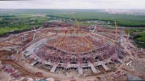 La macchina fotografica sta sorvolando lo Stadio Olimpico allegro moderno enorme in costruzione stock footage