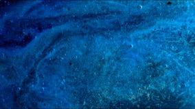 La macchina fotografica sta volando attraverso la nebulosa blu e magenta colorata stock footage