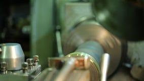 La macchina inclusa tratta il pezzo in lavorazione girante del metallo stock footage