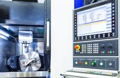 La macchina o il tornio del tornio di CNC che perfora la barretta di metallo con lo strumento del trapano e lo strumento del trap Immagini Stock Libere da Diritti