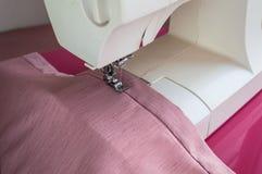 La macchina per cucire è pronta per l'operazione Immagine Stock