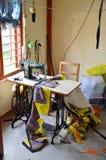 La macchina per cucire per fa il ricordo dal panno al campo profughi tibetano Fotografie Stock