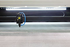 La macchina per incidere del laser ha tagliato sul metallo Fotografia Stock
