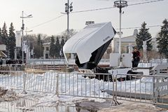 La macchina per rifare la superficie del ghiaccio che rimuove la neve dopo una sessione su una pista di pattinaggio vuota su VDNH fotografia stock