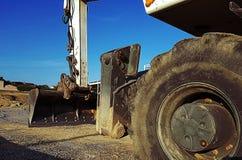 La macchina pesante della costruzione della scavatrice sta livellando la sabbia al cantiere fotografia stock
