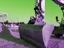 La macchina pesante della costruzione della scavatrice sta livellando la sabbia al cantiere fotografia stock libera da diritti
