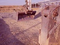 La macchina pesante della costruzione della scavatrice sta livellando la sabbia al cantiere immagine stock libera da diritti