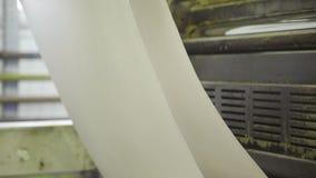 La macchina tira e la grande carta di torsioni arriva a fiumi la stamperia archivi video