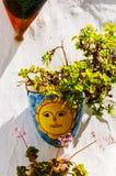 La maceta de cerámica con las flores colgó en la pared, adornamiento Imagen de archivo