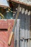 La machette a collé dans la construction en bois pour la sécurité photographie stock