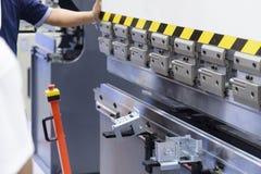 La machine à cintrer hydraulique de technicien photos libres de droits