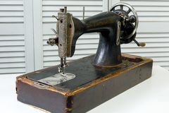 La machine à coudre de cru se tient sur la table blanche photos libres de droits