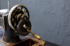 La machine à coudre de cru se tient sur la table blanche image stock