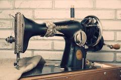 La machine à coudre de vintage de volant de commande Images libres de droits