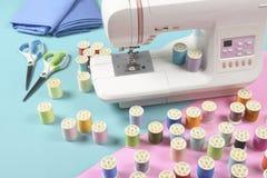 La machine à coudre et le fil coloré roule pour coudre sur le ton deux Image stock